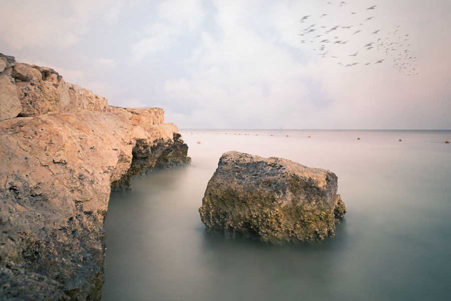 Fels in der Brandung Felsbrocken Gewässer Himmel Landschaft Meer Rock Sonnenuntergang Stein Strand Stranden Urlaub Fels Kueste Ozean Purenature Reisen Seascape See Tiefe Wasser Water Ägypten