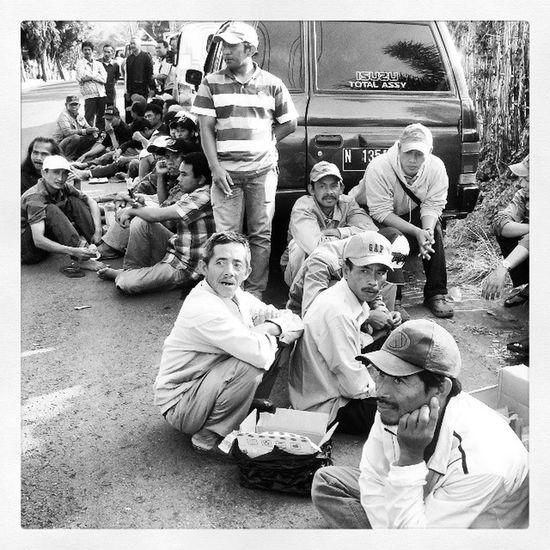 Sejumlah pejuang sumber mata air Gemulo menunggu rekan yang sedang menjalani pemeriksaan di Kapolres Batu. SaveGemulo Savewater Batu