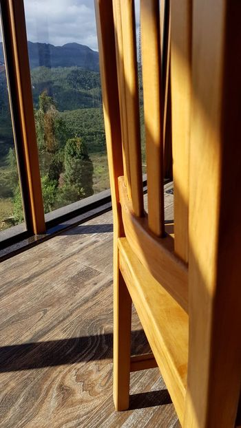 Madeiras, vidro, montanhas e verde Chair Wood Green Nature Chai EyeEm Selects Mountain Sunlight Wood - Material Tree Close-up Sky Porch Tranquil Scene Woods Country House Farmland Greenery Grassland Outdoor Cafe Countryside Tranquility Idyllic Scenics Adventures In The City