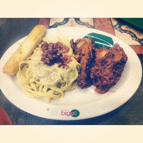 Italian Chicken with Fettuccine Carbonara. Eating alone cos you are so tagal @jwanamariher :( Bigoli Instafood