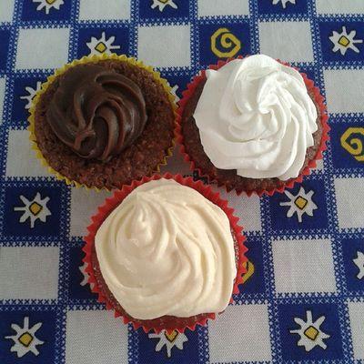 Cupcakes de cream cheese, chocolate branco e preto *----* todos feitos pela linda e maravilhosa @angelarogado HEUEHEUEHEUEH Sweet Cupcake Happy Nofilter