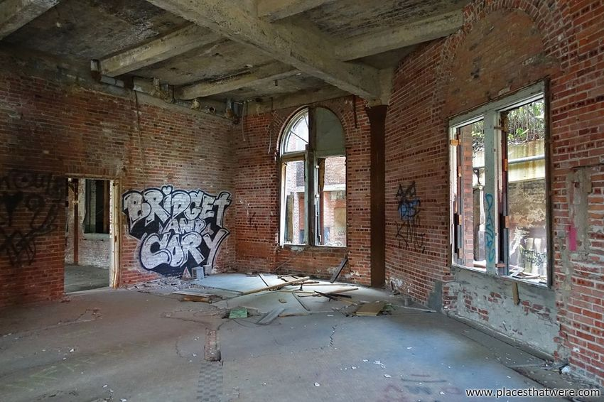 Graffiti love. http://www.placesthatwere.com/2017/12/abandoned-warner-and-swasey-company.html Factory Abandoned Places Abandoned Buildings Abandoned & Derelict Decay Urbex Brick Wall Rust Belt Urban Exploration Ohio Graffiti Cleveland Windows Creepy Abandoned Window Indoors  Architecture Damaged Destruction Domestic Room