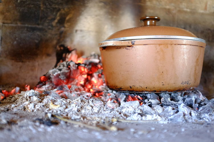 cocinando olla al fuego Olla Olla A Las Brasas Cocinar Fuego Heat - Temperature Burning Preparation  Fire - Natural Phenomenon Fire Kitchen Utensil Household Equipment No People Flame Close-up Container Metal Indoors  Day Ash Food Wood - Material Food And Drink Preparing Food Still Life
