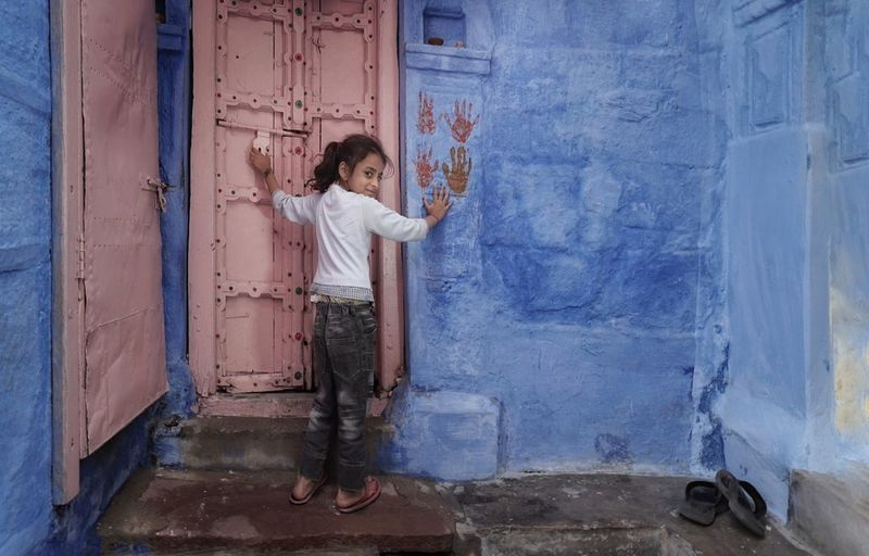 One Person Child Full Length Building Exterior Blue Blue City Jodhpur Girl Hand Fingers Fingerprint Blue Walls India Jodhpur Rajasthan Smile Happiness Joy Innocence High Five Doorway Home Sweet Home Cute Girl Streetphoto_color Streetphotography Ig_street