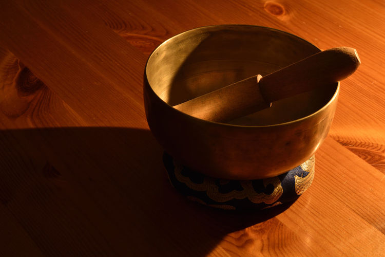 Singing bowl on