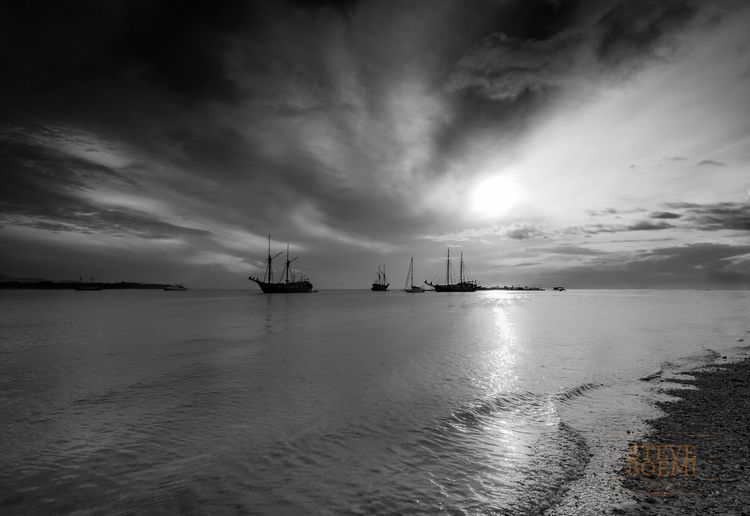 Morning break at Serangan Island... Bwlandscape Blacknwhite Recollections Dawn Everynighthasitsdawn Onthebeach Seranganisland Seranganbeach Streetshooters Baliindonesiabeautiful Bw_addiction Travelphotos Boats Far Escapefromthecity Rays Of Light Boats Blackandwhite Photography Cloud - Sky