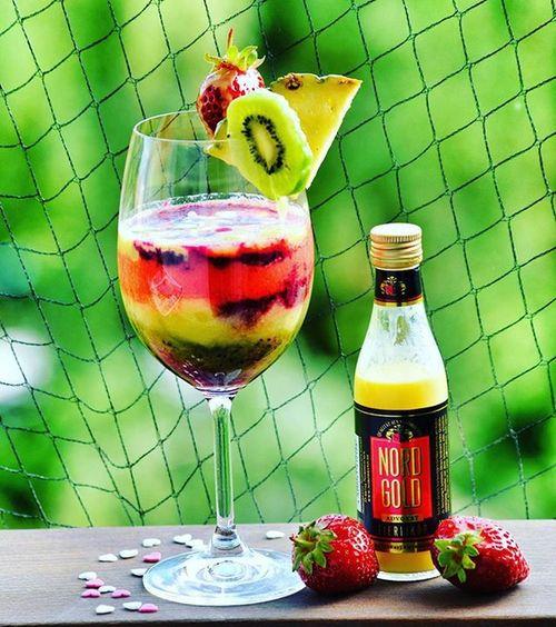 Smoothie thi Erdbeeren Johanissbeeren Bananen Likör Kiwi *lecker*