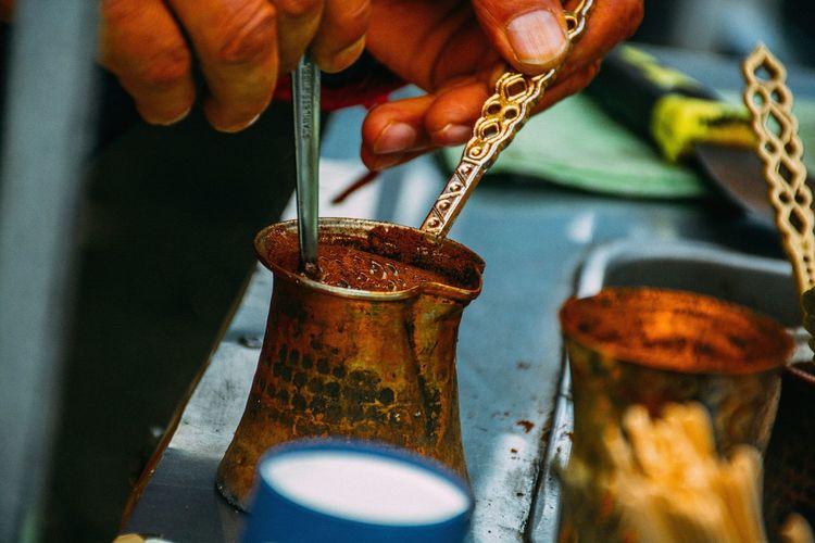 Cropped hands preparing drink