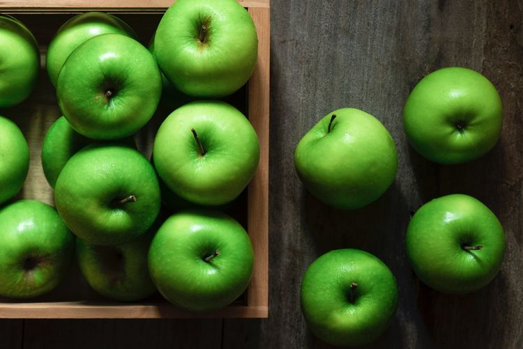 green apple Food And Drink Food Healthy Eating Freshness Fruit Wellbeing Green Color Apple - Fruit Still Life Wood - Material Indoors  Close-up Large Group Of Objects Choice Group Of Objects Table