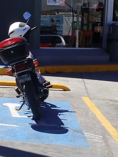 El motociclista discapacitado , mental? Antes o despues de adquirir la moto? City