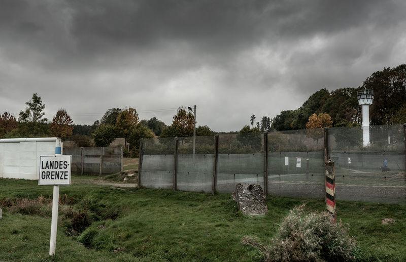 DDR Deutsch Deutsche Grenze Freilichtmuseum Stacheldrahtzaun Tannbach Cloud - Sky Geteiltes Dorf Mödlareuth Razor Wire