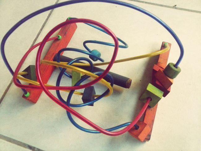 Um brinquedo antigo, para se dizer velho. É bem fácil de fazer com ajuda de um martelo. Dou este brinquedo ao menino de bermudão amarelo. Brincar Poesia