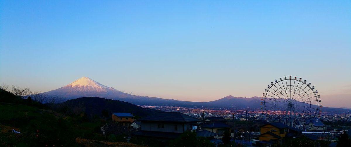 こんにちは。日が暮れようとしています。我が家からの富士山と富士川SAのフジスカイビューです。富士山がピンク色に染まる短い時間にカメラをかまえることができました。ちょっと幸せな気分。富士川SA付近はカメラマンさんで、賑やかです。明日も良いお天気になりますように・・・。 富士山 Mt.Fuji 富士市 Fujicity 静岡県 Shizuoka 日本 Japan フジスカイビュー FujiSkyView 夕焼け Sunset 明日天気になーれ 富士川SA Hello World