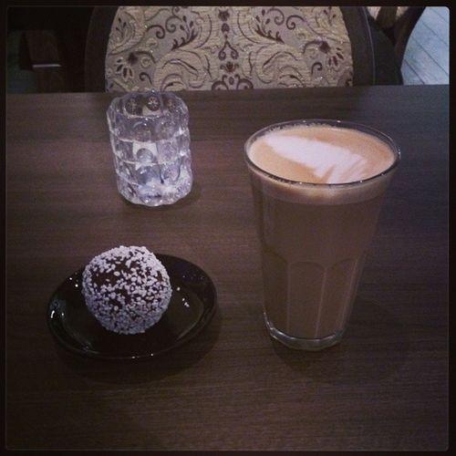 Efter att ha trängts med merparten av Umeås befolkning var det lugnt och avkopplande på kafé kakmonstret. Annandagen Mellandagsrea Kaf é Kakmonstret