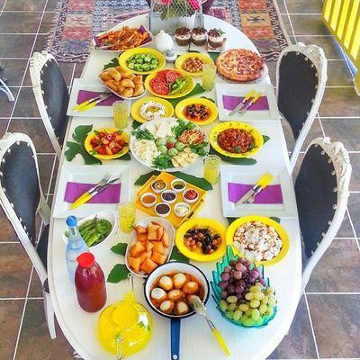 Bugün benim için çok güzel başladı cuma nın bereketi hepinizin olsun ben mutlu oldum rabbim sizide mutlu etsin 🙏 Ben hazırım ama gene misafirler ortada yokkkkkkkk huuuu @yesimtrsha nerdesiniz bak başlıyorum 😜😆😂😂 Pastalinmutfagi @mutfakgram Gramkahvalti Mutfakgram @insta_foodandplaces @insta_foodandplaces @en_iyileri_kesfet En_iyileri_kesfet sunumönemlidir benimkahvaltim enguzelsunumum turkisbreakfast gramsofra dogal kutukservis agac turkisbreakfast likes like l m n a yellow sarisekerim benimkahvaltim simit bimutfak sari vazgecilmezim oldu 🙈 green Sevdiklerinle guzel hayat