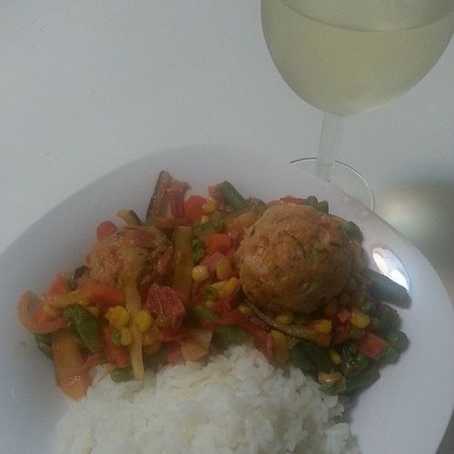 Dinner is served. MixedVegatables with Mozzarella filled TurkeyMeatballs and longGrain brownRice with a glass of whiteWine