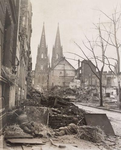 2. Weltkrieg Ambush Cologne Cathedral G.I. Hinterhalt House-to-house Fighting Häuserkampf Kölner Dom Soldaten World War II Ww2