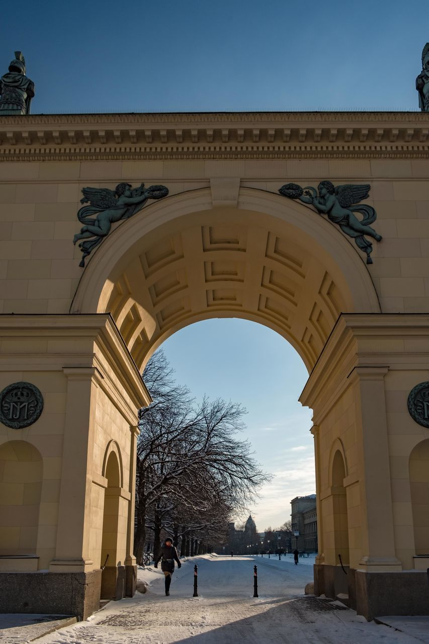 ARCHWAY OF HISTORIC BUILDING AGAINST SKY