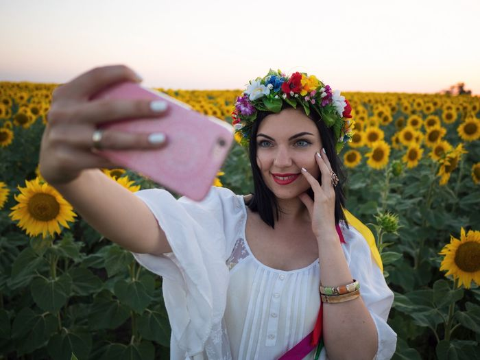 Flower Wearing Flowers Front View Young Adult One Person Young Women Holding Beautiful Woman Smiling Outdoors Real People Laurel Wreath Beauty Happiness Bouquet One Young Woman Only Day Lifestyles Portrait One Woman Only Sunflowers Self Portrait