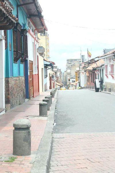 Calles de Bogotá Colombia Bogota. Ciudad Colombia Es Bella Urbanismo Antiguedad Casas Relaxing Looking Into The Future Espectacular