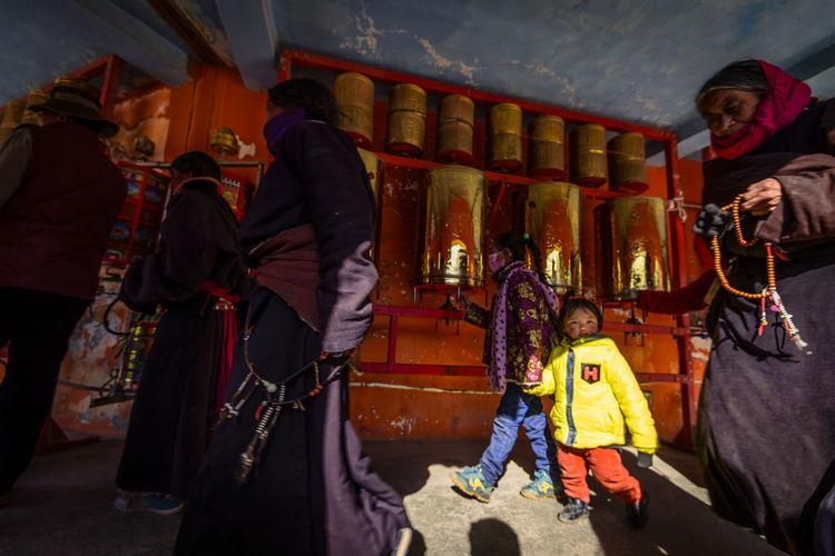 僧人 小孩 尼康D810 民族 男仔很忙 色达五明佛学院 转金桶 阳光