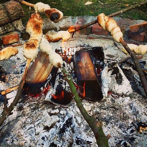 Eben noch auf dem Rad, jetzt schon beim Stockbrot backen bei Bad Bramstedt Feuer Dorf Draußen Heiß Brot Land