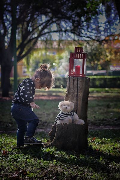 Full Length Child Childhood Plant Men Males  Nature Grass Boys Offspring Tree One Person Day Standing Casual Clothing Real People Warm Clothing Outdoors Jeans Nina Jugando Otoño 🍁 Leaves Beauty In Nature Autumn
