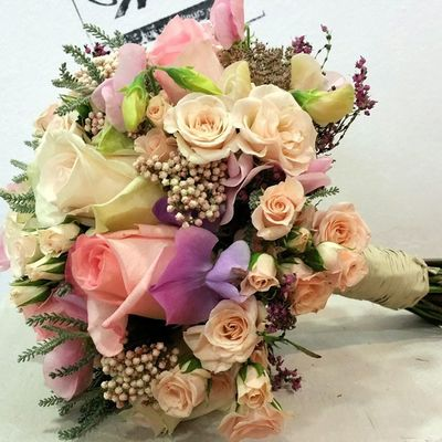 Bridal Bouquet by Alea. Congrats beautiful couple. Alea Bridalbouquet RamoDeNovia Bodas Bride Rosas Roses Inspiration Inlove Flowers Fleurs Fiori Blumen Mazzodifiori Bouquetsposa Vigo SPAIN Galifornia Lovemyjob