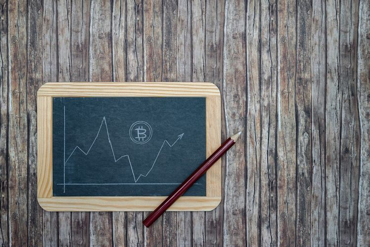 Bitcoin course on chalkboard with creed pencil drawn on wooden background - Bitcoin Course Real Time Decline Rise Fall Sway Slate Wallboard Blackboard  Chalkboard Chalk Pen White Background Wood Structure Repeat Lines Pattern Digital Coin Payment System Money Unit Money Remittance Transfer