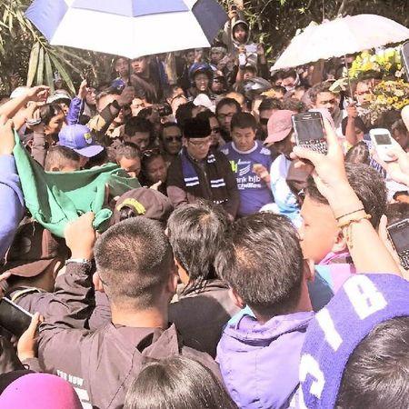 Foto-foto saat para ribuan bobotoh mengantar jenazah Almarhum Ayi Beutik dari komplek D'Amerta menuju tempat pemakaman di Banjaran Persib Bobotoh Bandung Bandungjuara INDONESIA Televisinet saat dikebumikan