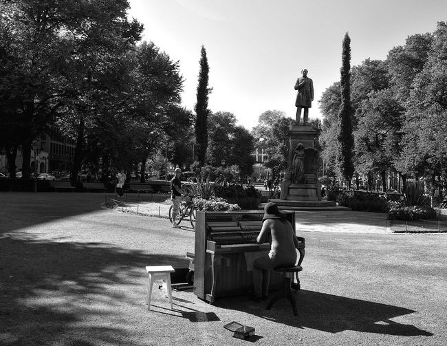 This lady hauled her piano out to the Johan Ludvig Runeberg memorial and was playing an assortment of classical pieces for tips. Dedication Will Helsinki Historical Place History Dhallimage Nikonphotography Traveling Site Seeing