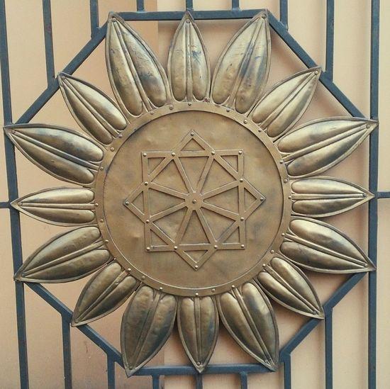 Символ на воротах усадьбы П.М.Глазунова на улице Пятницкой. арт  знаки Art Signs