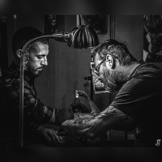 graveur de peaux Skinart Portrait Guntphotoart Photography Tattoo Tattooartist  Engravers ManWithTattoos EyeEm Selects Two People Adult Film Noir Style Adults Only Horror Fear People Men Indoors