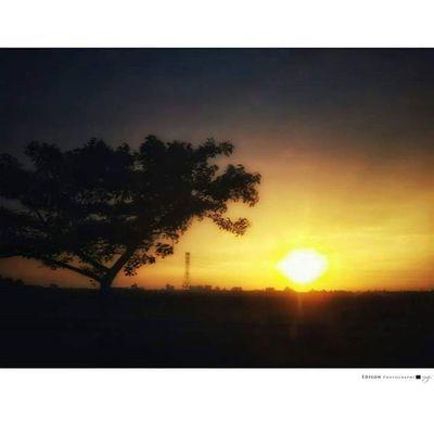 【 愛的時刻 】 多麼難得的同行 在夕陽西落前的陪伴 我要用全世界最棒的相機 就是眼睛來看這幅美景 妳說 我要用全心 來記錄著此刻最美的風景 我說 美景是個分享的時刻 也是愛的時刻 LGG4 手機攝影 365Snap Sunset Beautiful