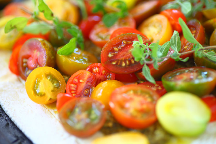 Closeup cherry tomatoes on a tart crust Indoors  No People Close-up Healthy Eating Freshness Food Cherry Tomatoes Tomato Tart Textures Colorful Vegan Food Vegetarian Food Vegetables Fresh Herbs  Oregano Leaves Home Cooking Homemade Food Summer Food Fresh Produce Puff Pastry
