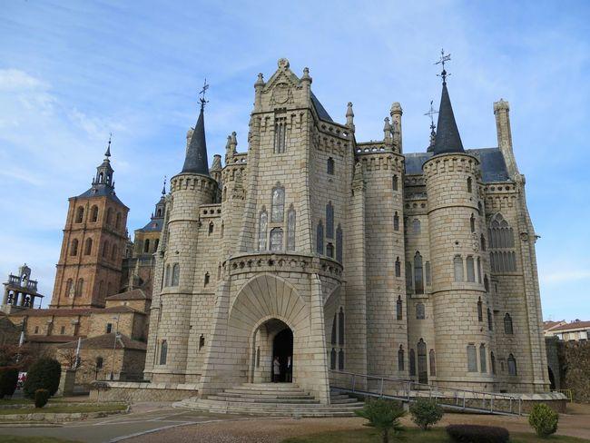 Fachada principal del palacio episcopal de Astorga, de Gaudí, con la catedral de fondo. Sin edición. No Filter, No Edit, Just Photography Architecture