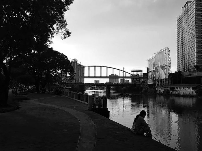 By the river Pasig, I sat down and wept. Streetphotographyphilippines Bnw Bnwphotography Photowalking Philippines Photowalking Manila The Street Photographer - 2018 EyeEm Awards Monochrome Monochromatic Malephotographerofthemonth Taking Photos Perspectives Silhouette Photography Silhouette_collection Silhouettes Of A City Urbanphotography Urban Photography Silhouettes Blackandwhite Black And White Blackandwhite Photography Eyeem Philippines EyeEm Manila EyeEm Makati Mobilephotography Mobilephotographyph Riverbank City Water Sky Arch Bridge