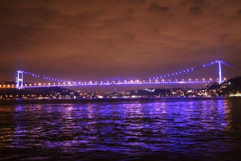 Fatih Sultan Mehmet Köprüsü'nün mor ışıkları