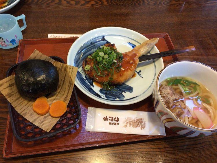 昼ごはん 本日のお昼ごはんは、山賊むすびと山賊焼きと肉うどんご馳走様でした(*^◯^*)