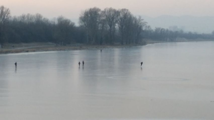 Domauinsel Eislaufende Leute Iceskateing Cold Temperature Ice Frozen Lake Frozen Frozen River Frozen Water Snow Covered Snowsports Winter Sport The City Light