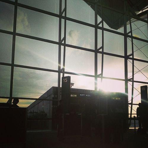 轉機折騰勒三個小時 終於看到天空了 香港 新加坡 伯斯 換新加坡航空 ya