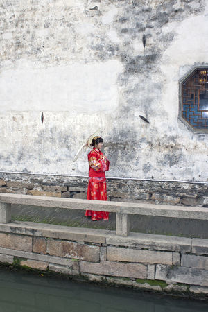 Suzhou China Bride Canon EOS 5DS China Chinese Bride Chinese Culture Chinese Culture And History Chinese Identity Chinese Wedding Ping Jiang Pingjiang Pingjiang River Portrait Red Suzhou Suzhou Bride Suzhou China SUZHOU PINGJIANG ST Suzhou River Suzhou Wedding Suzhou, China Umbrella Venice Of The East