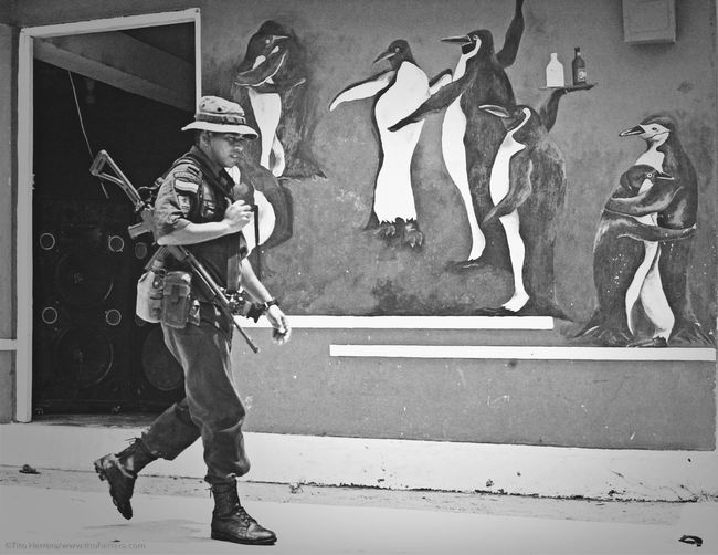 A member of the Colombian army walks by a bar in the jungle town of Zapsurro in the border between Panama and Colombia. Ejército Colombia Fronteraontera Panamá