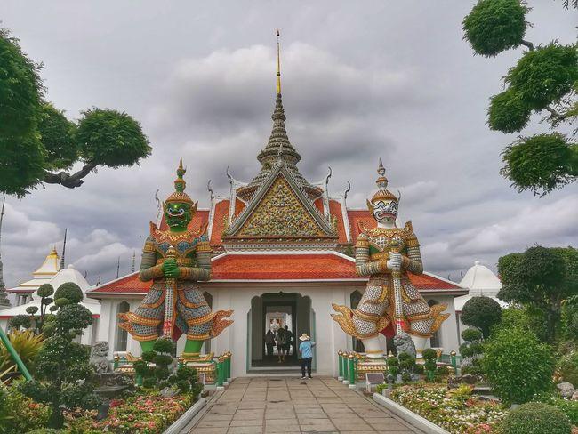 วัดอรุณฯ Tourism Wat Arun Ratchawararam Ratchawarama Travel In Thailamd Arts Culture And Entertainment EyeEm Thailand Huawei Collection Huaweiphotography Giant Tossakan