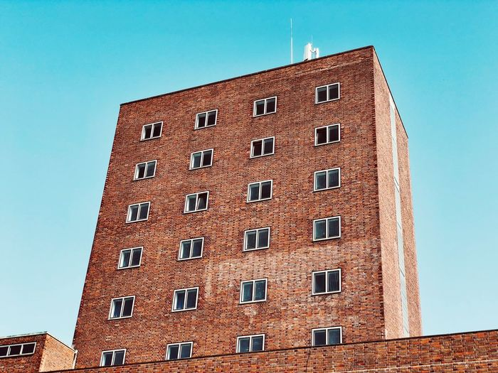Hochschule Low Angle View Architecture Built Structure Building Exterior Sky Low Angle View Window Clear Sky Building Blue Sunlight Outdoors Wall - Building Feature House Residential District No People Day Copy Space Nature Tall - High Pattern
