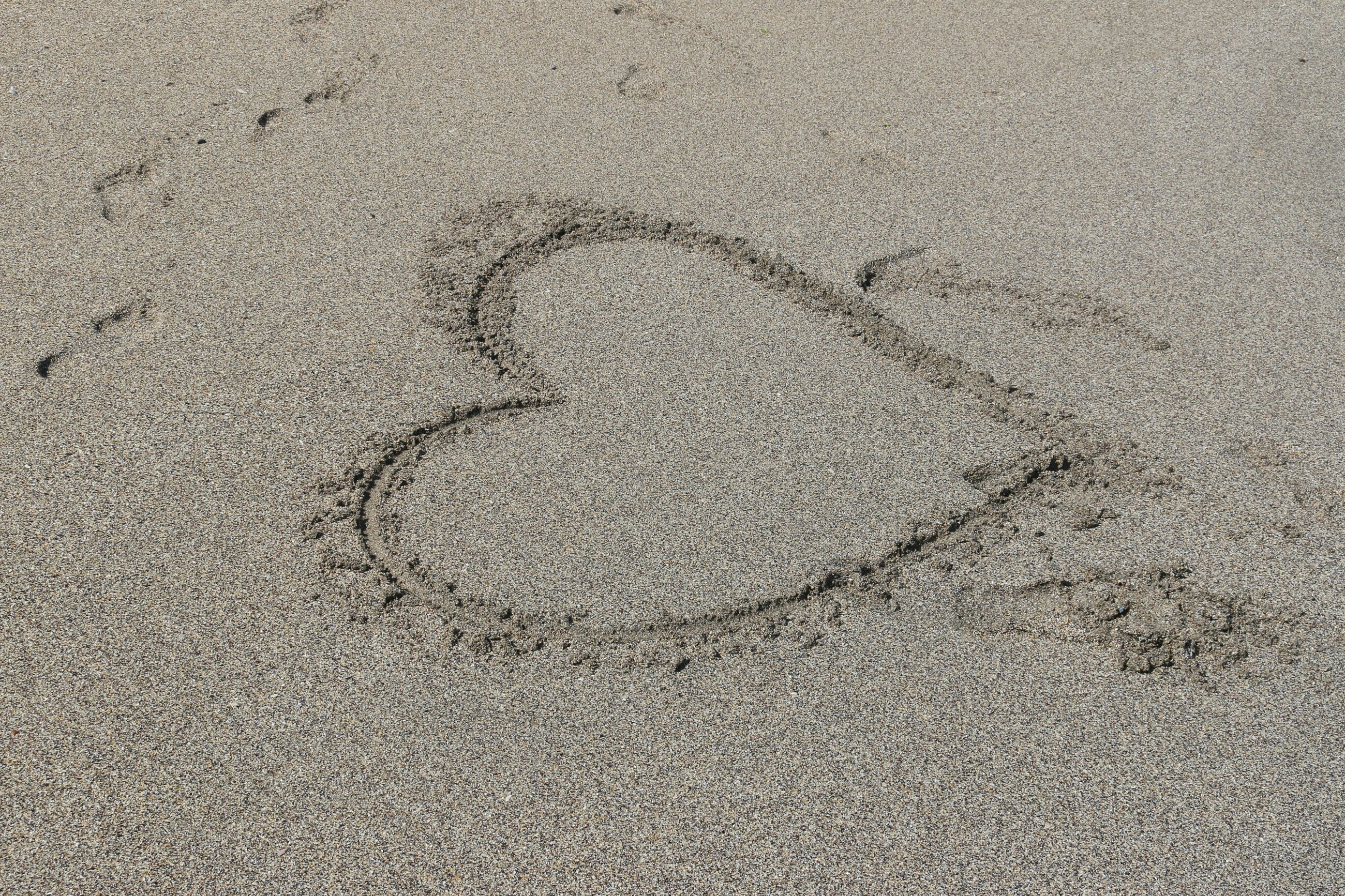 full frame, backgrounds, textured, high angle view, sand, pattern, close-up, footprint, beach, no people, day, outdoors, rough, heart shape, cracked, nature, detail, creativity, natural pattern, sunlight