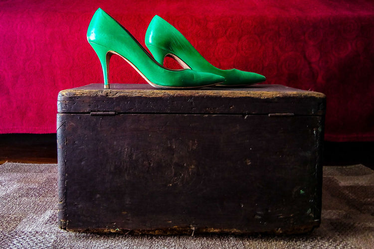 souvenir Shoes Shoes ♥ Shoes Of The Day Shoesaddict Shoeslover Shoes #fashion #design Colrful Colored Background Color Photography Colorfull Colors and patterns Colorphotography Shoes Store Green Color Green Shoes 👠 Elégance Elegance Everywhere Green Color