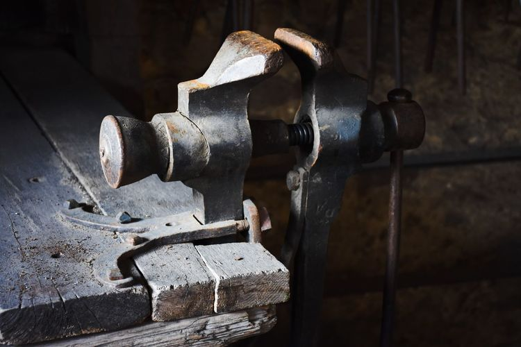 🗜️ Selective Focus Check This Out Metal Master_shots Machinery Wood - Material Wood Table Workshop Working Hard Old Tools Tools Castle Exceptional Photographs EyeEm Best Shots EyeEm Selects See What I See Eye4photography  My Point Of View Taking Photos EyeEm Eyeem Market Retro Eyeemphotography EyeEm Gallery Simple Photography Photography Metal Industry Close-up Rusty Latch EyeEmNewHere