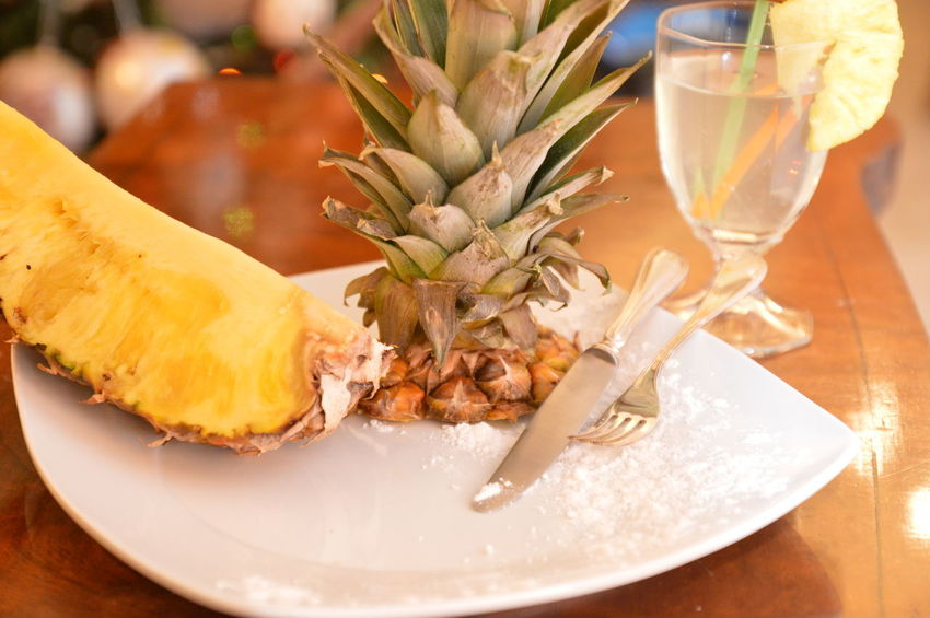 frutta ananas con succo di ananas Table Food And Drink Alcohol Drinking Glass Drink Plate Celebration No People Indoors  Cocktail