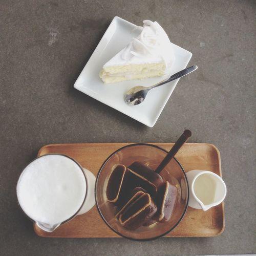 Latte On The Rock เอสเพรซโซ่เข้ม ๆ นำไปแช่เป็นน้ำแข็งราดสตรีมนมสดและไซรัปลงไปตามชอบ มาคู่กับเค้กมะพร้าวอ่อน รสหวานนุ่มละมุลลิ้น